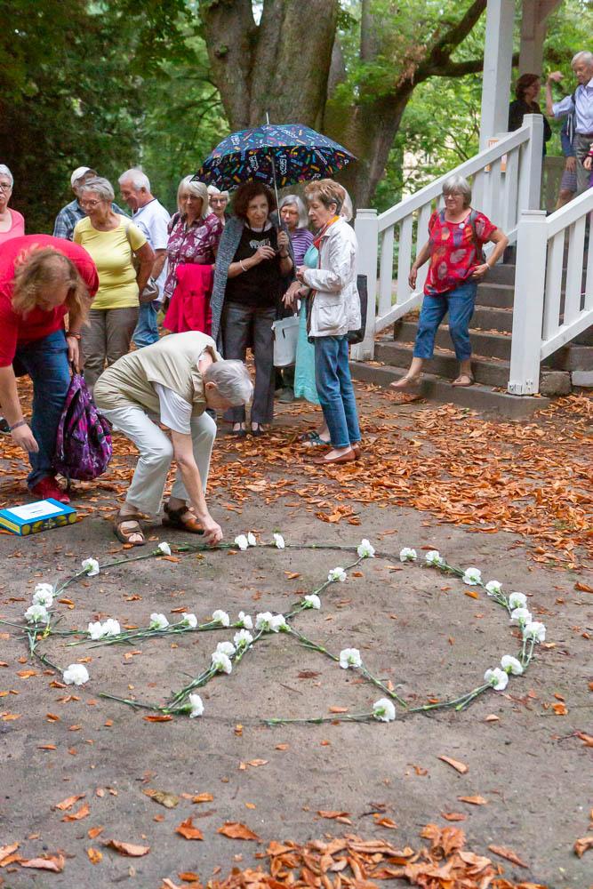 Teilnehmer erweitern das Peace-Symbol 2